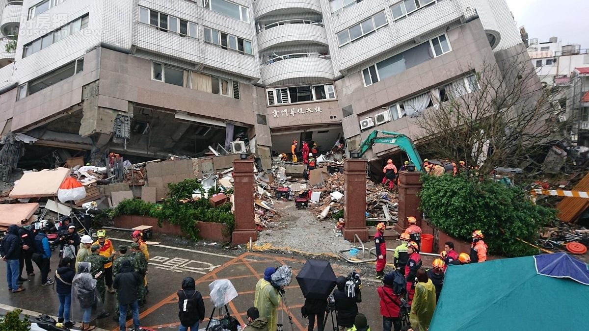 花蓮大地震進入第29小時,救難隊持續搜救雲翠大樓。(好房網News記者張聖奕攝影)