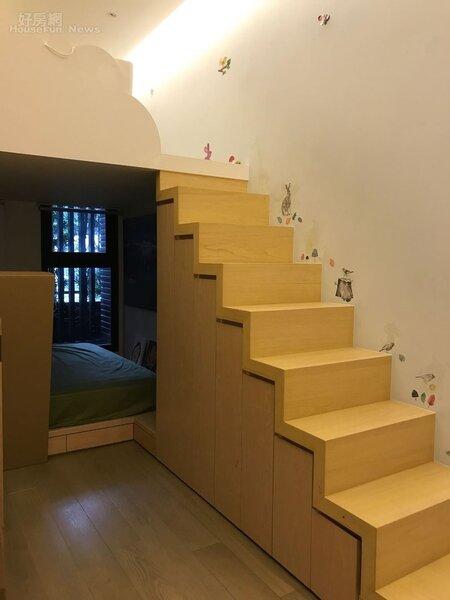 6.更衣室旁還有小階梯,有另外一個空間擺放造型所需服飾或用品。