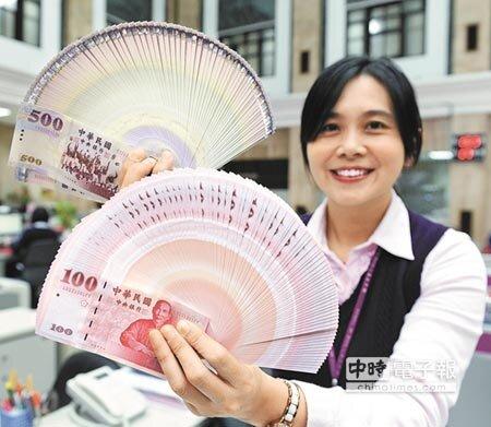 臺灣銀行等7家金融機構8日開放民眾兌換新鈔,不少民眾首日即至臺銀總行排隊兌換。(王德為攝)