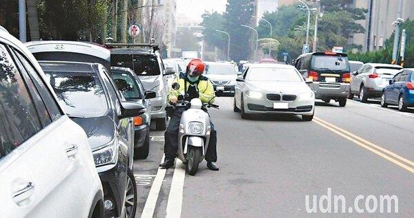 桃園汽機車停車格長期不足,民眾抱怨一位難求。 記者李京昇/攝影