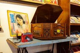 平淡的眷村生活,收音機與唱片是最簡單也最基本的娛樂。