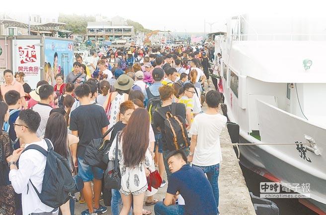 昨天大批旅客不畏颱風即將到來,仍照行程前往綠島。(黃力勉攝)