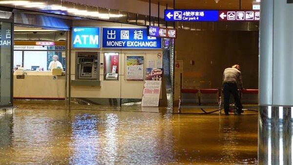 桃園機場淹水與停電,此為資料照。(高興宇攝)