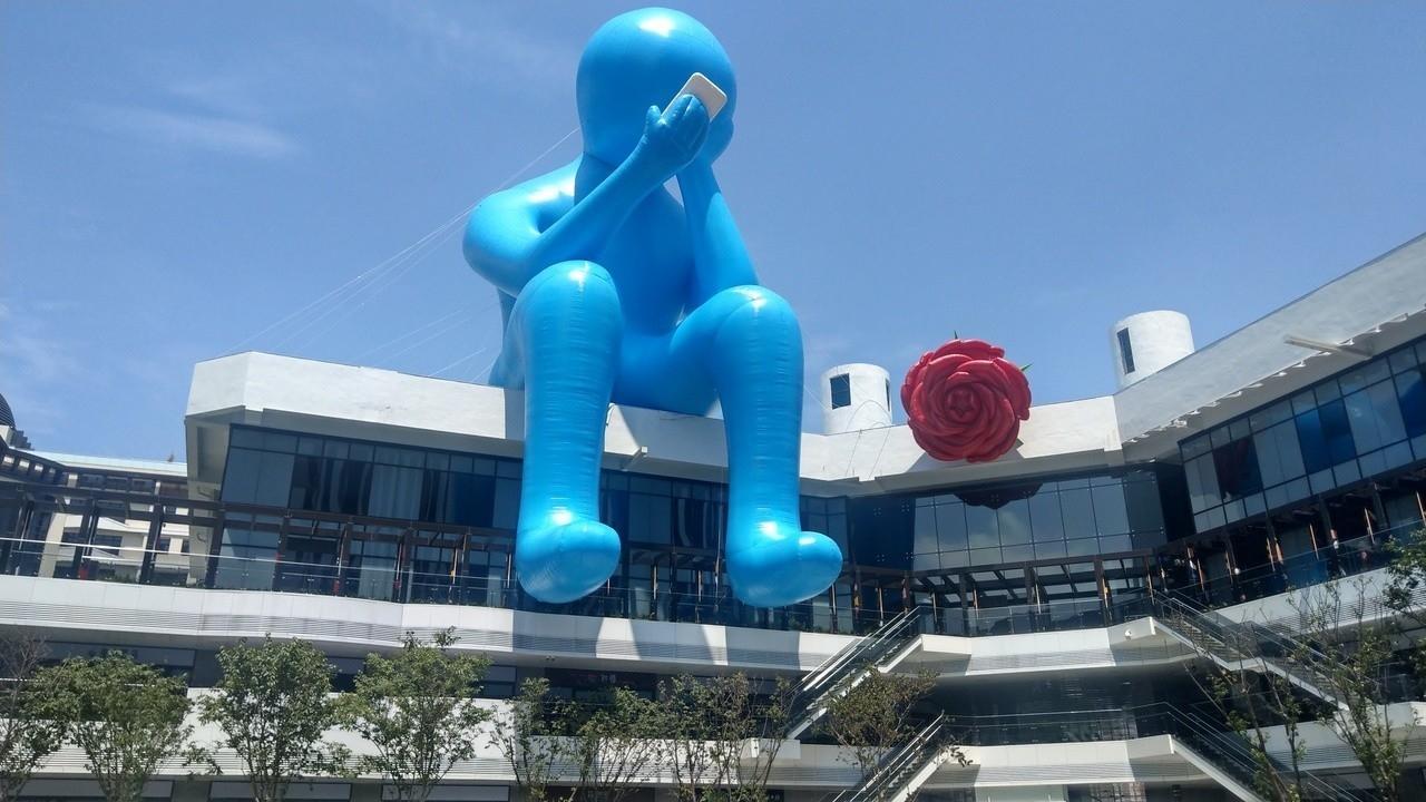 遊客站在台中軟體園區Dali Art藝術廣場中庭,即可發現醒目的藍色「沈思者」裝置術藝術作品。記者趙容萱/攝影