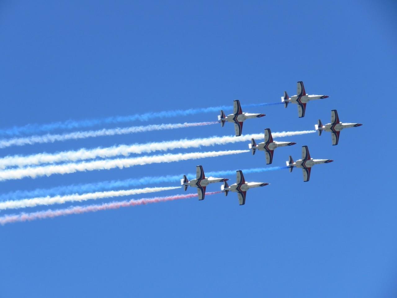雷虎小組7機編隊飛行,獲得現場如雷掌聲。記者尤聰光/攝影