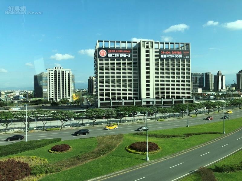 機場捷運可以遠眺高鐵青埔特區。(好房網News記者蔡佩蓉攝影)