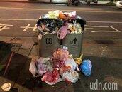 萬華區人行道垃圾桶堆滿家用垃圾 居民批:超沒公德心