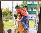 誇張! 幾米公園人偶 孩童當樹爬搶拍照