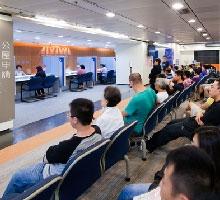 香港等著申請公屋的民眾。(香港房屋委員會)