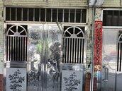 為了逼繳房租 房東竟用鐵鍊反鎖房客大門