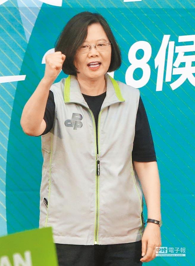 蔡英文總統3日出席民進黨舉行的台北市長和市議員參選人授旗誓師大會,下午前往宜蘭慈雲寺參拜,她表示台灣經濟成長率已經連續4季超過3%,比南韓還好。(趙雙傑攝)