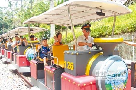 曾在勝興車站服務過的老站長劉森錦(右)時隔20年回來重溫舊夢,開心地駕駛著鐵道自行車重遊舊山線。(何冠嫻攝)