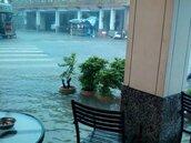 水淹高雄!超商民宅淹水、車輛路中拋錨