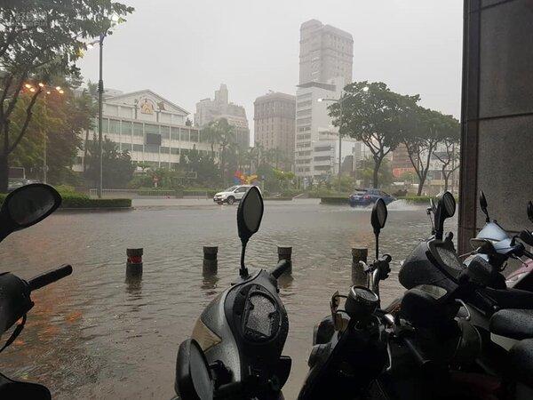 8/23高雄暴雨,市區大淹水。高雄前金區。(網友HF提供)