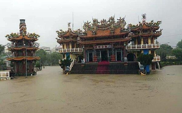 繼八八風災後,高雄內門觀音紫竹寺今天再淹成「水中廟」。圖/讀者提供