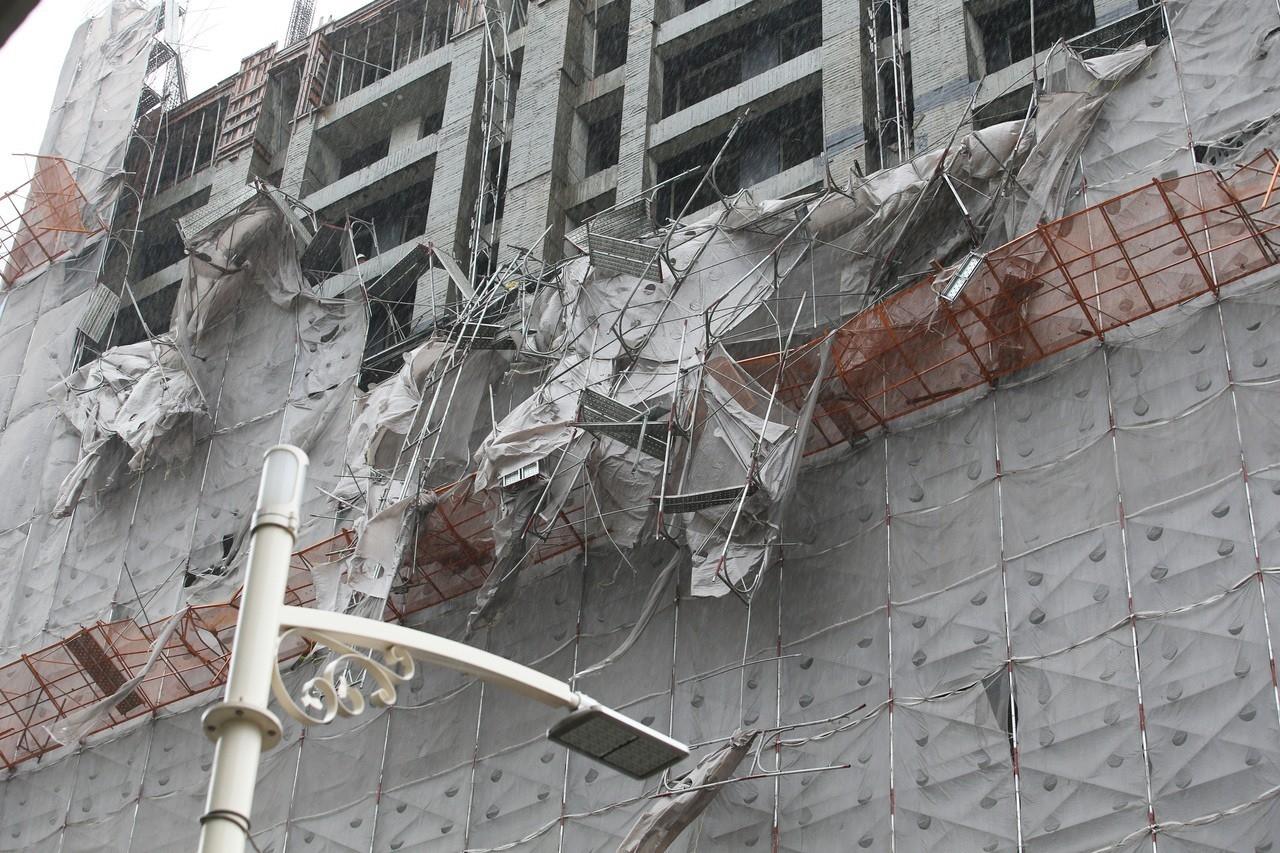 高雄鷹架倒塌意外造成兩死一重傷,勞檢單位調查究責。記者劉學聖/攝影