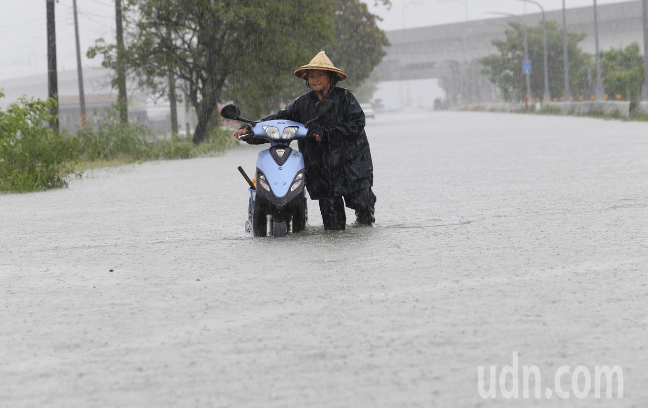因熱帶性低壓帶來及外圍環流影響,台南大新營地區經過一夜大雨,各處皆傳出積淹水災情。記者劉學聖 /攝影
