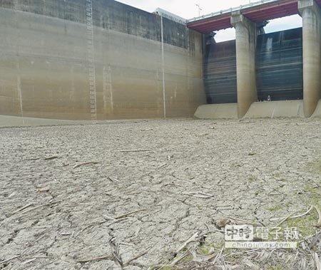 梅雨不來,台南市旱象未解,曾文水庫呈現乾涸狀。(曹婷婷攝)