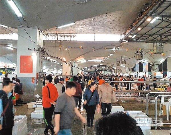 台北魚市場改建時程長達7年,加上中繼市場位於堤外地,環境惡劣,攤商抱怨連連。(台北魚市場提供)