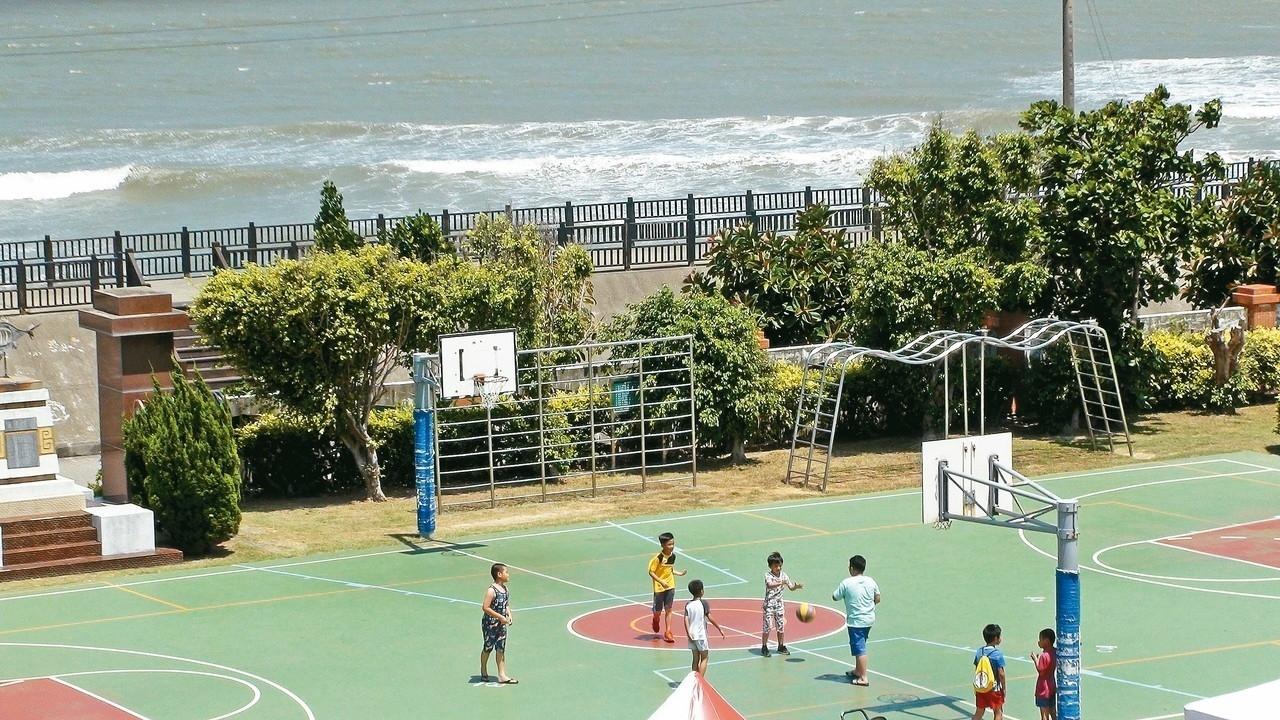 苗栗縣通霄鎮新埔國小後方就是海堤,可說與大海鄰接的小學,是縣內最靠近海的學校。 記者胡蓬生/攝影