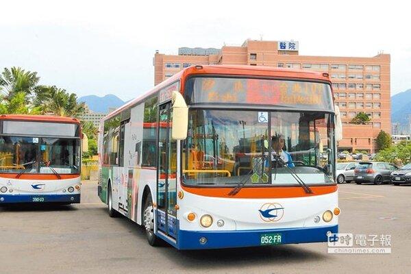 新北市26日再新增由中興巴士營運的「汐止-台北101」的跳蛙公車,約可省20到30分通勤時間。(葉德正翻攝)