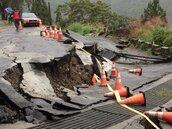 誇張!桃園拉拉山神木區入口坍方 路面隆起50公分