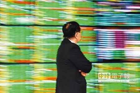 台北股市23日開低走低,收盤大跌199.08點,為9775.2點,跌幅2%;一片綠油油讓股民看傻了眼。   (郭吉銓攝)