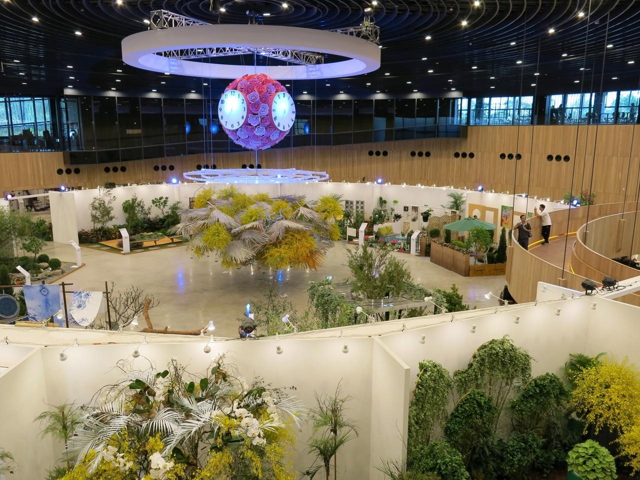 花舞館內以蘭花布置的拱門,是進入展廳美麗的入口。記者黑中亮/攝影