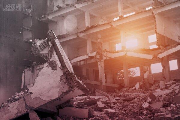 強震之後,磊磊傾圮的廢墟中,透出陽光