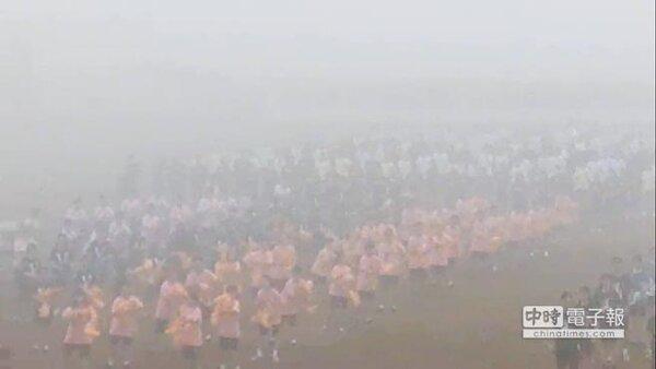 台南一所高中7日在新營體育場舉辦校慶運動會,1600多位學生在霧霾中跳起開場舞,因空品太差,校方後來緊急取消活動,擇日再辦。(莊曜聰翻攝)
