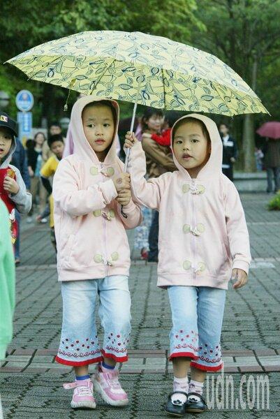今晨北部有局部降雨,也感覺比前一天涼。聯合報系資料照/記者黃義書攝影