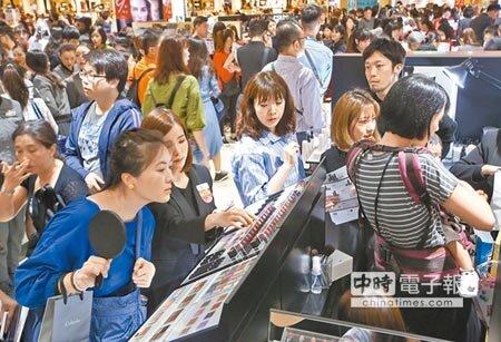 SOGO忠孝館1樓美妝區昨擠滿搶購人潮。(陳俊吉攝)