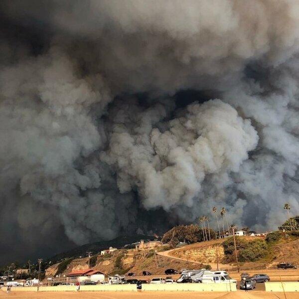 好萊塢女星女神卡卡9日下午在Instagram上報平安,表示當天上午已經南加州馬里布的住宅撤離避難,照片中可見野火已造成當地濃煙蔽空。擷自女神卡卡Instagram