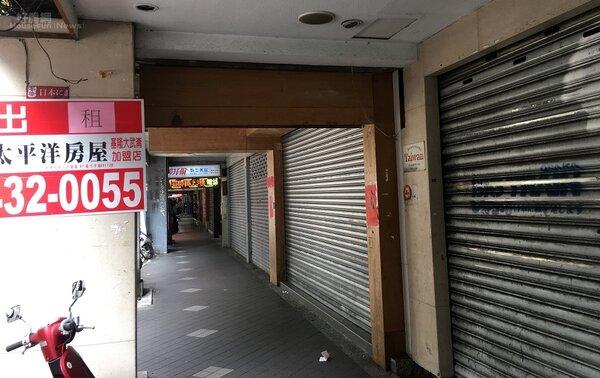 基隆廟口旁愛三路店面相連四間全倒閉。(圖/好房網News記者曾亭皓攝)