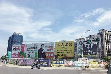 目前桃園市各大路口有許多選舉廣告設立,市府表示,若有違規將拆除。(甘嘉雯攝)
