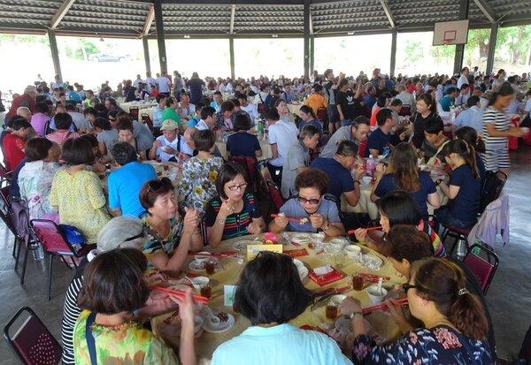 由交通部觀光局主辦、中華美食交流協會承辦的「2018海洋美食節」,昨天起一連3天在滿州鄉小墾丁度假村登場,中午開辦「千人宴」。 (記者潘欣中/攝影)