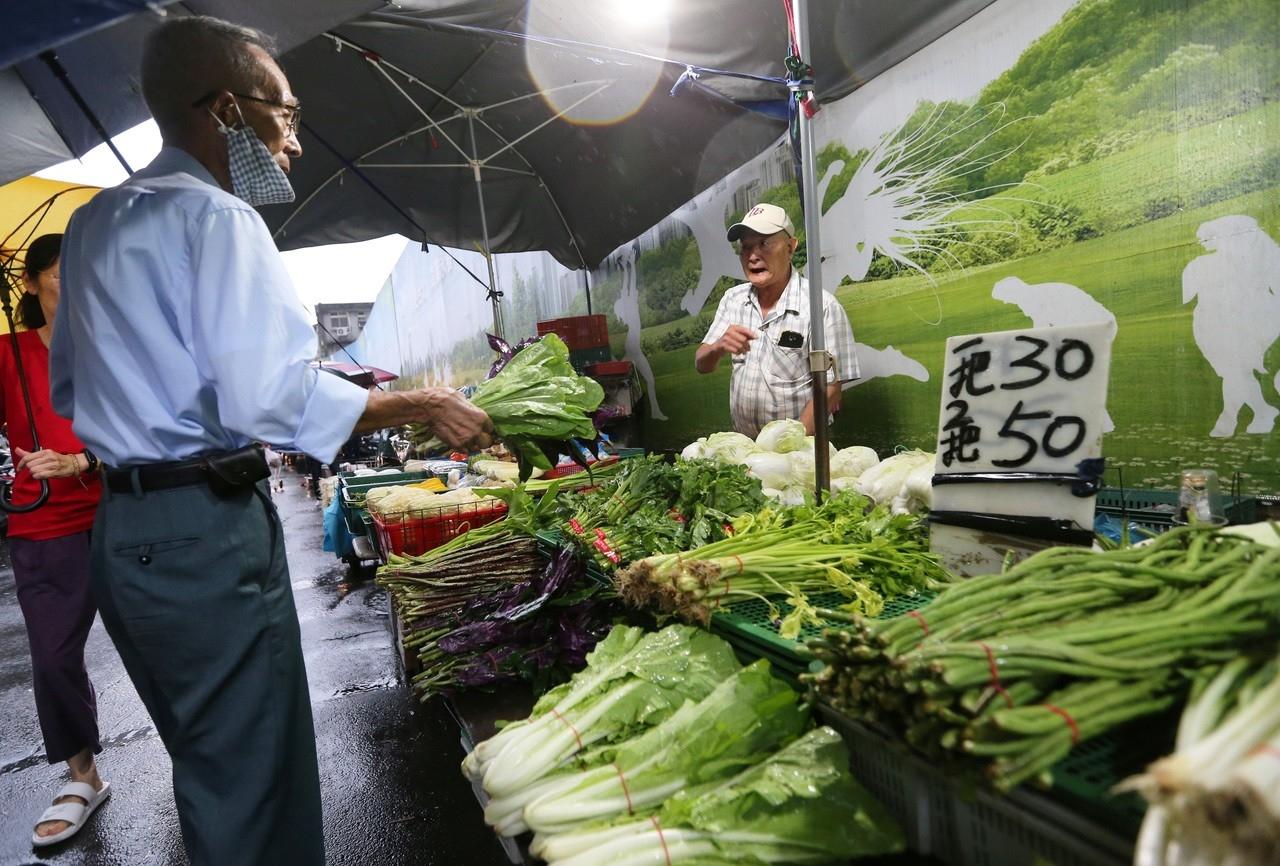 黃昏市場的菜販表示,目前菜價還算穩定。記者胡經周/攝影