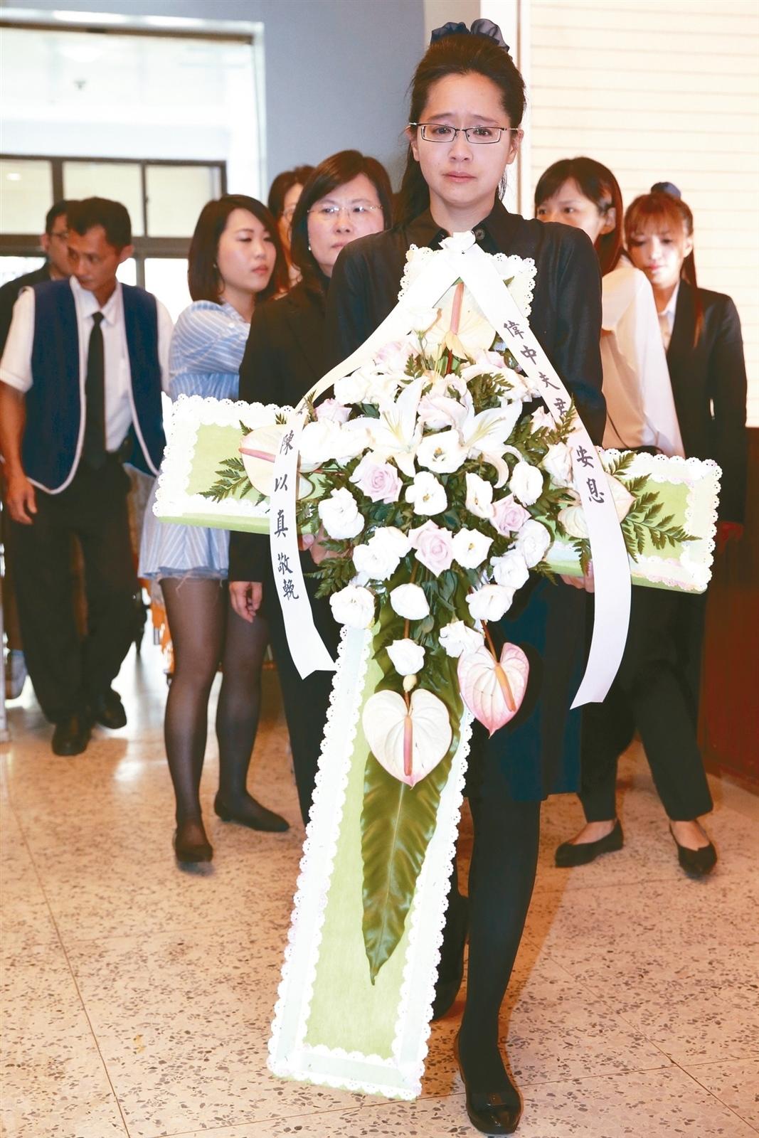 不當黨產委員會委員楊偉中辭世,上午於台北市懷恩堂舉辦追思會,楊偉中妻子陳以真含淚走進會場。 記者葉信菉/攝影