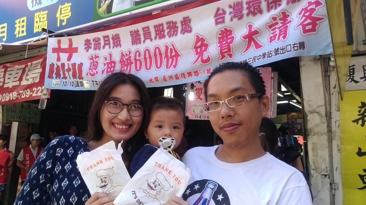 「蘆洲國慶蔥油餅」邁向第8年,年年吸引民眾從四面八方來領餅。資料照/記者林昭彰攝