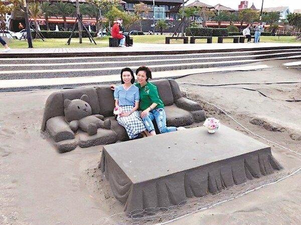 新北八里沙雕藝術裝置中,這套沙發及桌子,是「唯一」可以讓人「坐」上去體驗並欣賞河岸風光的作品。 圖/新北高灘處提供