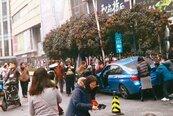 轎車失控撞飛行人 台團遊上海1死8傷