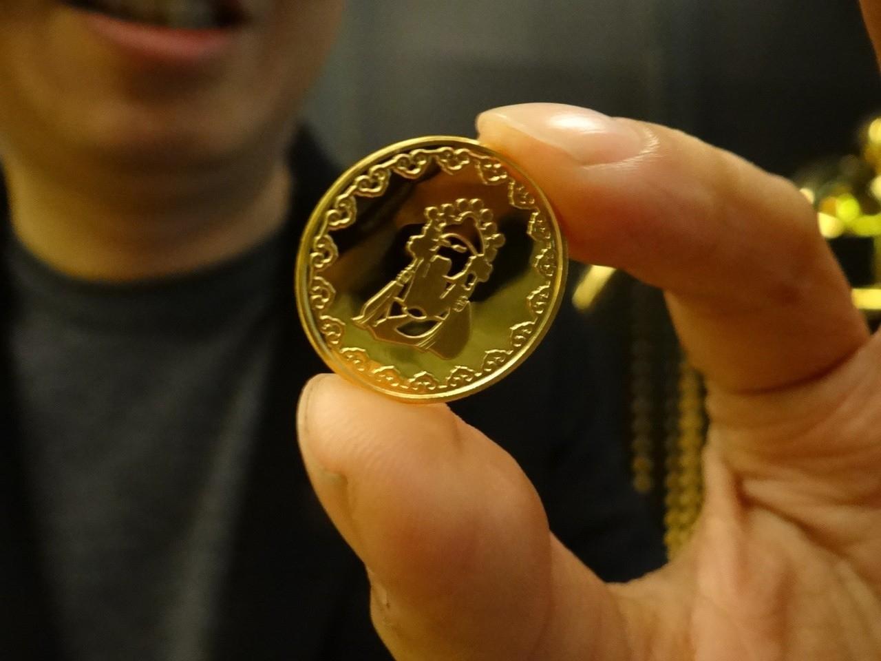 北港武德宮今年特地打造300個純金的財神紀念金幣,放在錢母小紅包中,幸運民眾有機會免費獲得金幣錢母。記者蔡維斌/攝影