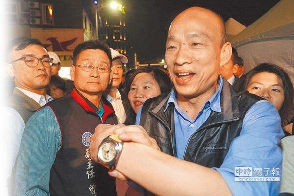 高雄市長韓國瑜在跑行程時,大方展示王世堅送的手表。(林瑞益攝)