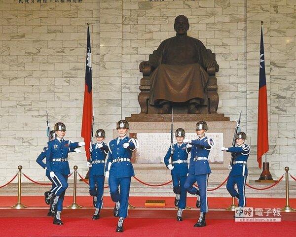 文化部提出中正紀念堂兩套轉型方案,其中提出建議撤出三軍儀隊,但已被國防部拒絕。圖為中正紀念堂內禮兵交接,吸引眾多遊客目光。(中國時報資料照片)