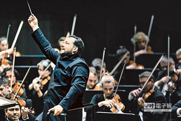 第61屆葛萊美獎昨(11)日舉行頒獎典禮,古典榜中波士頓交響樂團音樂總監尼爾森斯以蕭士塔高維契《第四與十一號交響曲》獲得最佳古典管弦樂演奏獎。(環球唱片提供)