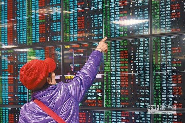 美股收紅,激勵台股昨盤中漲逾百點,終場收在10145.28點,突破半年線再創波段新高。(圖/中國時報資料照片)
