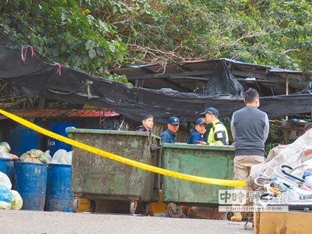新北市新店某環保公司工作人員26日在回收場內進行廚餘回收作業,在塑膠袋內驚見附有胎盤、臍帶的女嬰屍體,警方封鎖現場調查。(葉書宏攝)