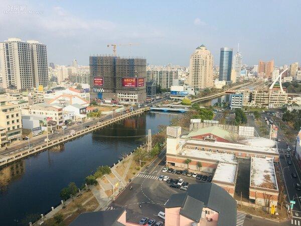 台南市安平區的安平運河,遠方是中國城暨運河星鑽地區開發案。   楊欽亮攝