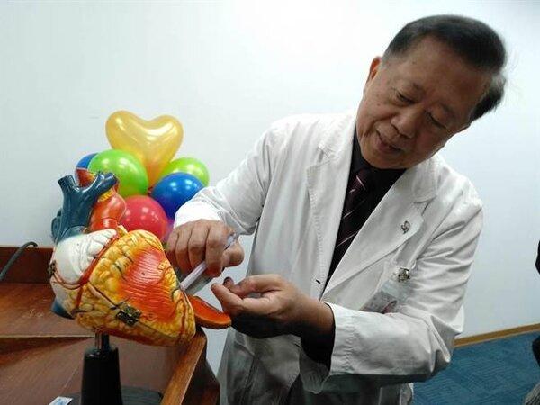 振興醫院心臟醫學中心主任魏崢說明,大範圍切除過厚的心肌,讓病患免於猝死風險。(魏怡嘉攝)