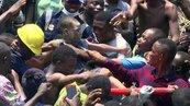 奈及利亞校舍坍塌 救難人員搶救上百學童